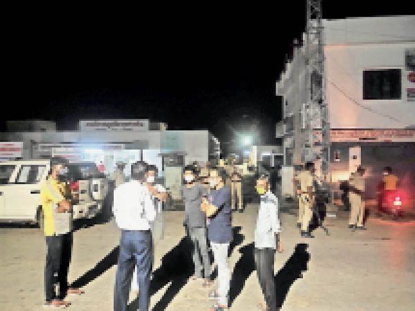 दिलशाद की हत्या की सूचना पर पहुंचे पुलिस अधिकारी। - Dainik Bhaskar