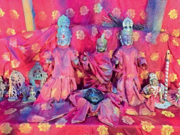 मोतीपुर के नरियार मंदिर से चोरी हुई ये मूर्तियां अब तक नहीं हो सकी है बरामद। - Dainik Bhaskar