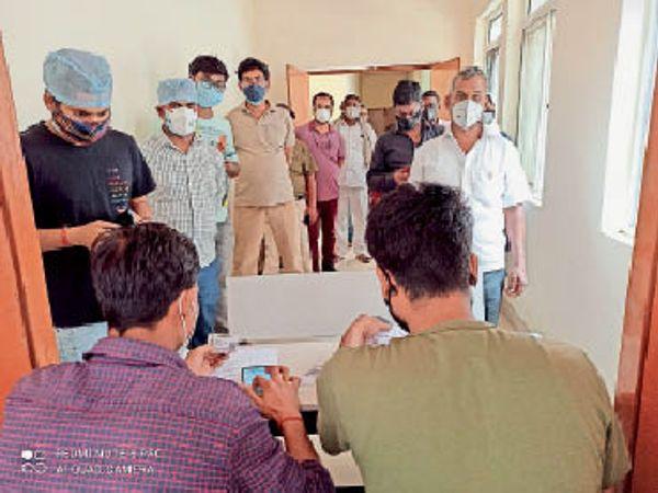 एएनएम स्कूल स्थित टीकाकरण केंद्र पर पंजीयन कराते लोग। - Dainik Bhaskar