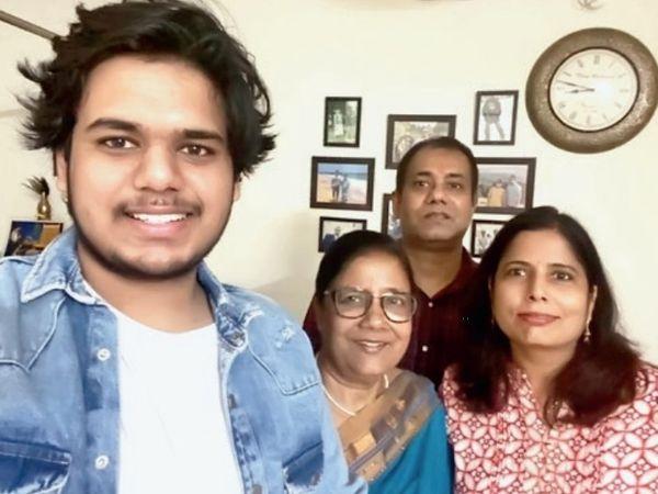 बाएं से पोता सचिन, मनोरमा शाह, बेटा गुंजन, बहू सुनीता। - Dainik Bhaskar