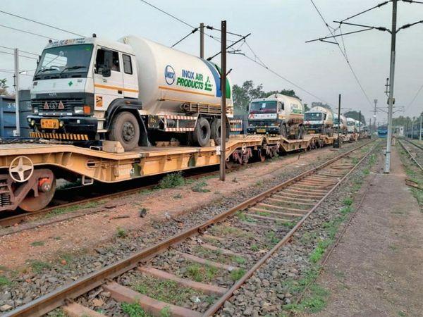 विभिन्न सेक्शन में ओएचई लाइन की ऊंचाई 16 से 18 फीट तक, ऐसे में ट्रेन पर रखा टैंकर ओएचई की चपेट में आ सकता है। - Dainik Bhaskar