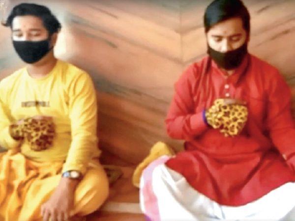 मंगलनाथ रोड स्थित मंदिर में जाप करते पंडित। - Dainik Bhaskar