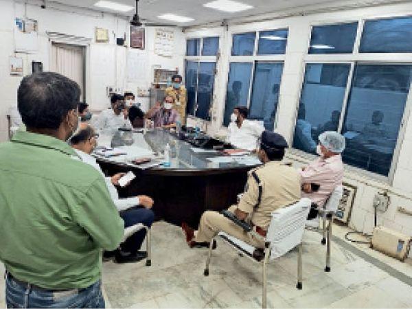 एसकेएमसीएच में अधीक्षक के साथ बैठक करते मंत्री। - Dainik Bhaskar