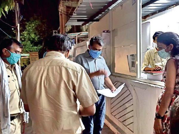 अस्पताल में कार्रवाई करती प्रशासन की टीम। - Dainik Bhaskar