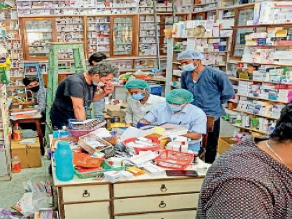 आत्माराम मेडिकल में छापेमारी करती विभाग की टीम। - Dainik Bhaskar