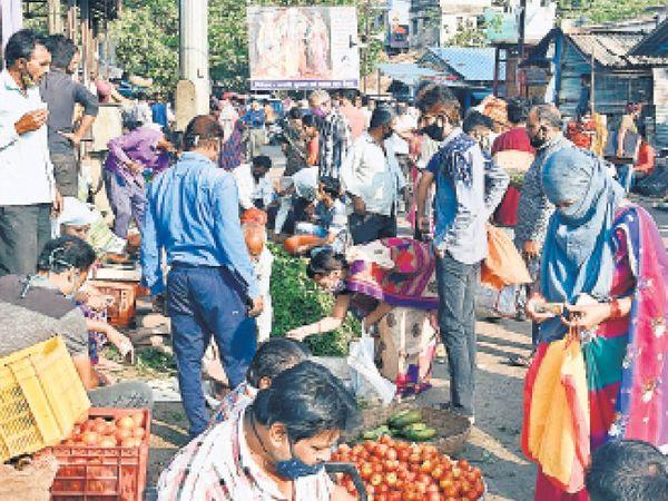 सब्जीमंडी की अराजक भीड़, जिसे देखकर लगता ही नहीं कि हम किसी महामारी के भयावह दौर से गुजर रहे हैं। - Dainik Bhaskar
