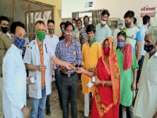 राजलदेसर. अस्पताल में काढ़ा पिलाते व मास्क बांटते। - Dainik Bhaskar