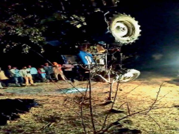 मुलताई। पौनी में कुएं में ट्रैक्टर गिरने से युवक की मौत हो गई। - Dainik Bhaskar
