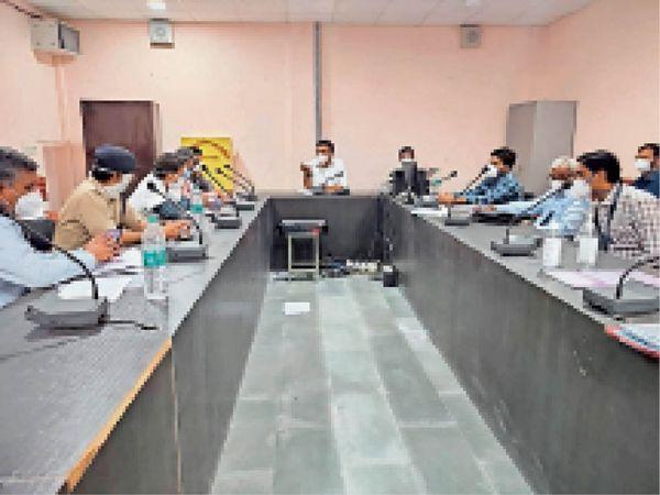 नागौर. बैठक में मौजूद अधिकारी व चिकित्सक। - Dainik Bhaskar