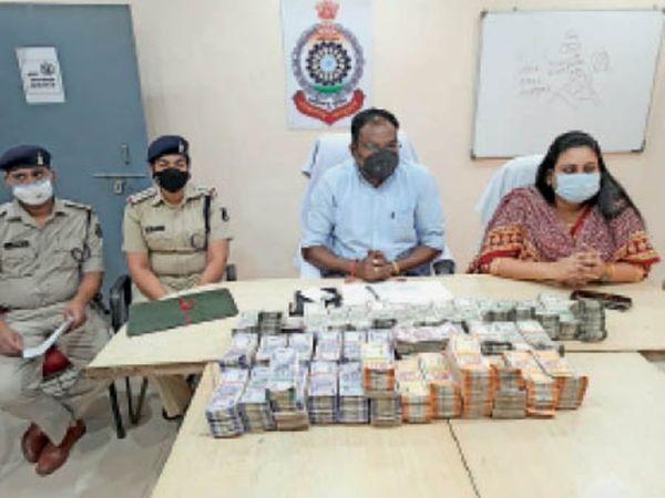 रकम के बारे में जानकारी देते पुलिस अधीक्षक, एएसपी व थाना प्रभारी। - Dainik Bhaskar