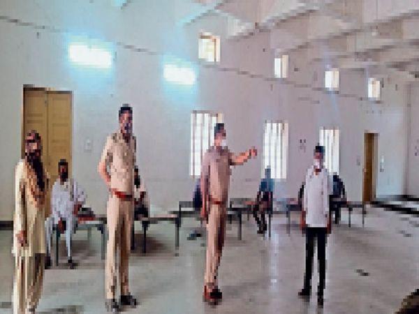 कुचेरा. राउमावि में बेवजह घूमने वालों को क्वारेंटिन करती पुलिस। - Dainik Bhaskar