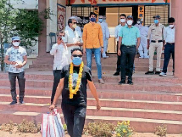 डिस्चार्ज होकर घर रवाना होते हुए मरीज  काशीपुरा के जयप्रकाश। - Dainik Bhaskar
