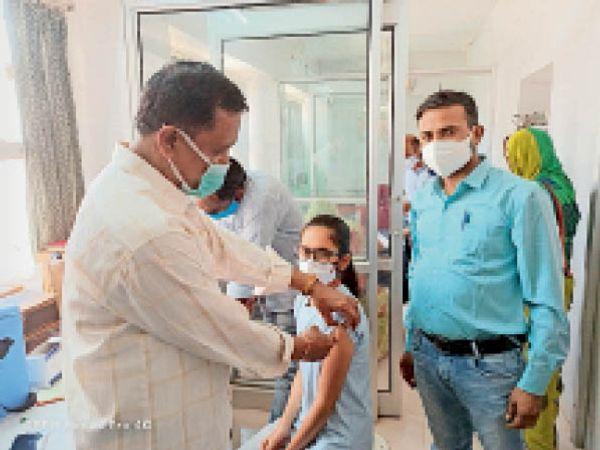 जैतारण. टीकाकरण स्थल पर वैक्सीन लगाते हुए। - Dainik Bhaskar
