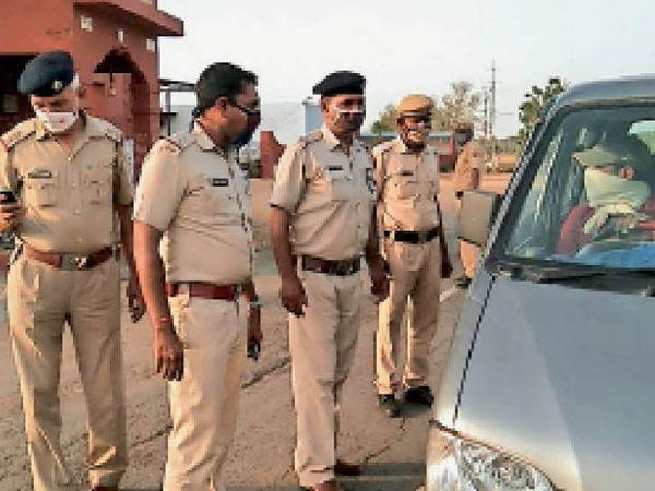 लोहारू में गोशाला के सामने पिलानी नाके पर वाहनों की जांच करते पुलिस कर्मचारी। जिसे कारण पूछने के बाद जाने दिया। - Dainik Bhaskar