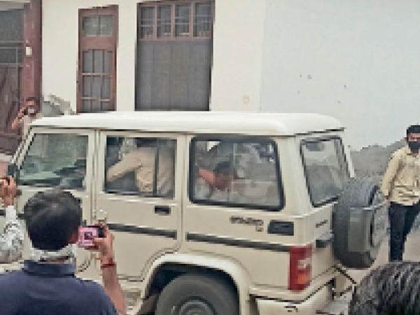 विजिलेंस की टीम आरोपियों को गाड़ी में बैठाकर मेडिकल के लिए लेकर जाते हुए। - Dainik Bhaskar