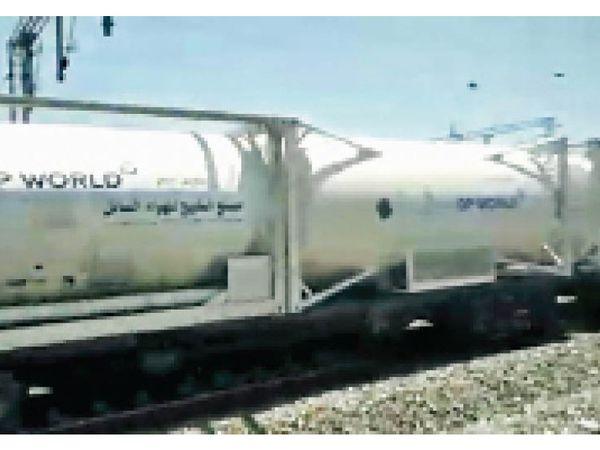 राज्याें सरकाराें की डिमांड पर जल्द ही अन्य भी कई ऑक्सीजन एक्सप्रेस चलाने की तैयारी रेलवे ने की है। - Dainik Bhaskar