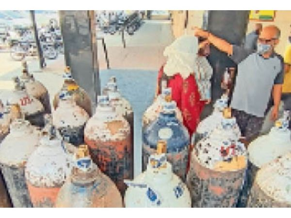 अम्बाला सिटी   सिविल अस्पताल में बाहर रखे अाॅक्सीजन के सिलेंडर। - Dainik Bhaskar