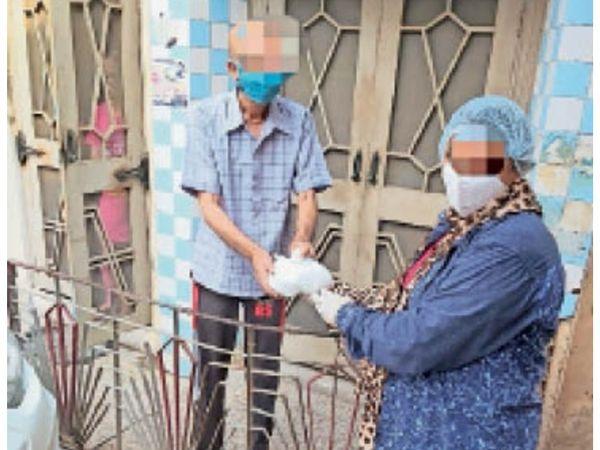 सिटी में संक्रमित मरीजाें को घर पर खाना पहुंचाते संस्था के लाेग। - Dainik Bhaskar