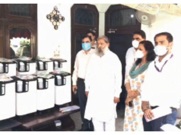 कैंट में मंत्री विज काे 15 ऑक्सीजन कंसंट्रेटर डोनेट करते कंपनी के लोग। - Dainik Bhaskar