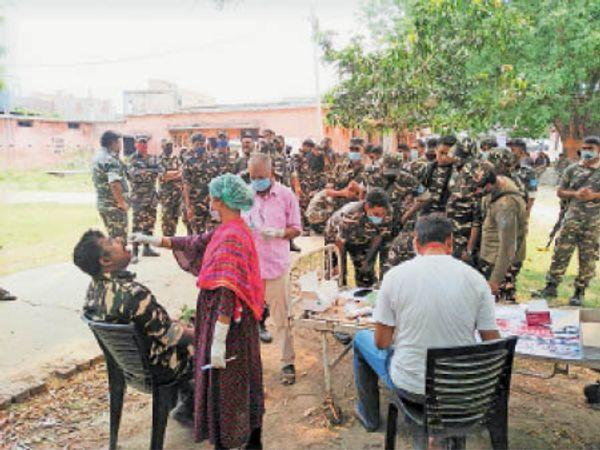 बिना पीपीई किट पहने कोविड- 19 की जांच करती स्वास्थ्य कर्मी। - Dainik Bhaskar