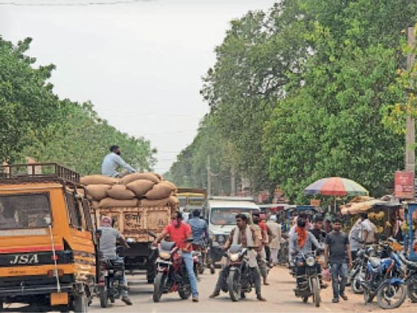 बिक्रमगंज बाजार में पूर्व की तरह व्यस्त ट्रैफिक। - Dainik Bhaskar