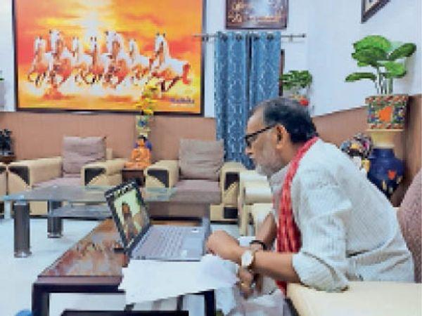 वीडियो कांफ्रेंसिंग से बात करते पूर्व केंद्रीय मंत्री राधामोहन सिंह। - Dainik Bhaskar