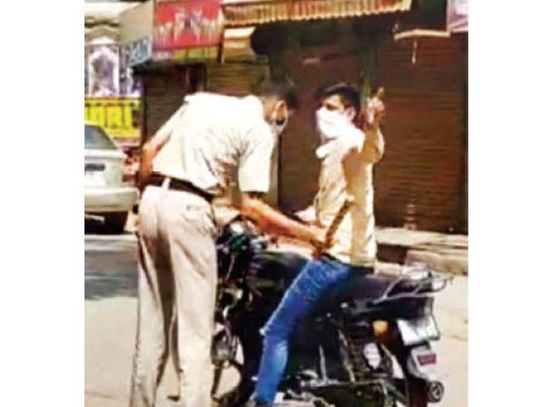 सोहना में लॉकडाउन नियमों का उल्लंघन करते लोगों पर लाठी भांजती पुलिस। - Dainik Bhaskar
