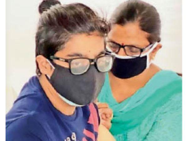 पानीपत. समाजसेवी साेनिया कालड़ा वैक्सीन लगवाती हुई। - Dainik Bhaskar