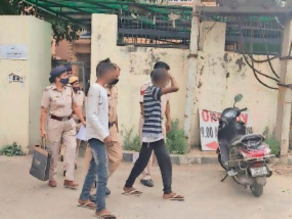 अदालत के बाहर फरार होने वाले आरोपी को पकड़कर ले जाती पुलिस। - Dainik Bhaskar