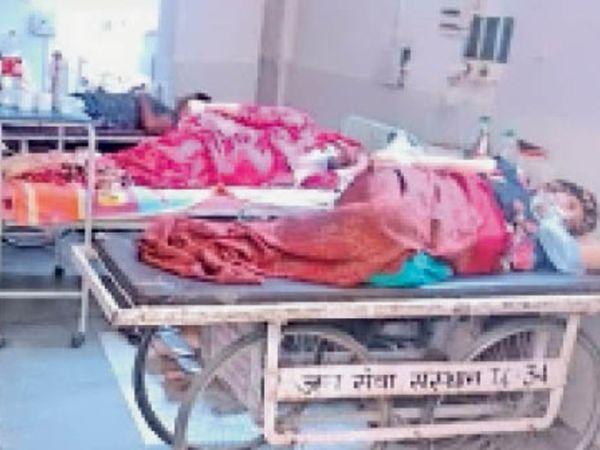 पीजीआई के ट्रामा सेंटर में बेड फुल होने के बाद स्ट्रेचर पर लेटे कोविड मरीज। - Dainik Bhaskar