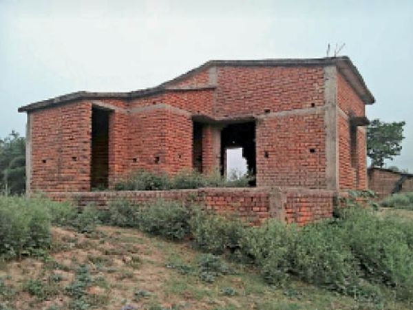 देवड़ा पंचायत में निर्माणाधीन आंगनबाड़ी केंद्र भवन की स्थिति। - Dainik Bhaskar