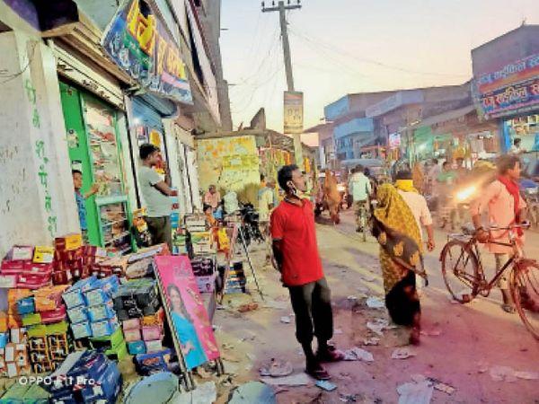 भुतही बाजार में शाम के समय भी खुली दुकानें व चहल-पहल। - Dainik Bhaskar