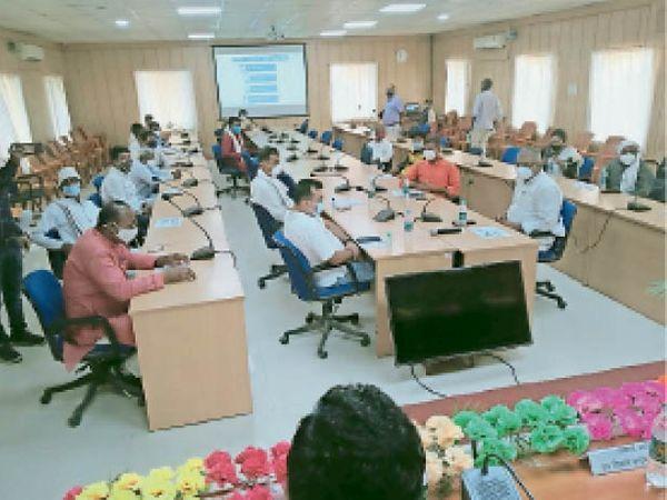 शिवहर में बैठक में शामिल जनप्रतिनिधि। - Dainik Bhaskar