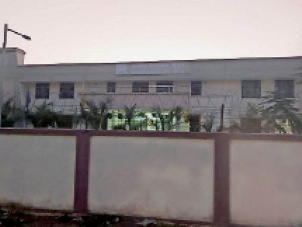बैतूल। केंद्रीय विद्यालय काे 18 साल से अधिक के लाेगाें के वैक्सीनेशन के लिए केंद्र बनाया है। - Dainik Bhaskar