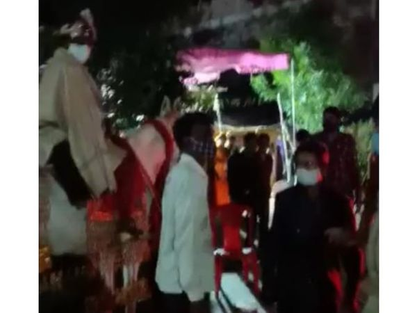 बारात पर कार्रवाई खुड़ैल पुलिस  ने की। फोटो : राजेश शर्मा - Dainik Bhaskar