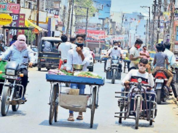 लॉकडाउन के दौरान ऐसे नजारे संक्रमण को और बढ़ा रहे हैं। - Dainik Bhaskar