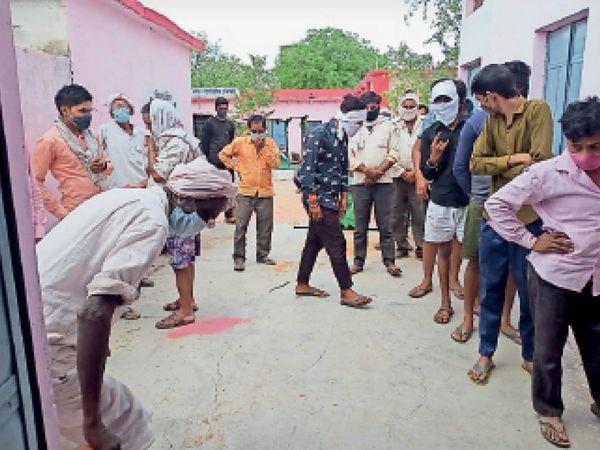 ईटमा गांव में मंगलवार को कोरोना की जांच कराने के लिए ग्रमीणों की लाइन सुबह से दोपहर तक ऐसी ही लगी रही। - Dainik Bhaskar