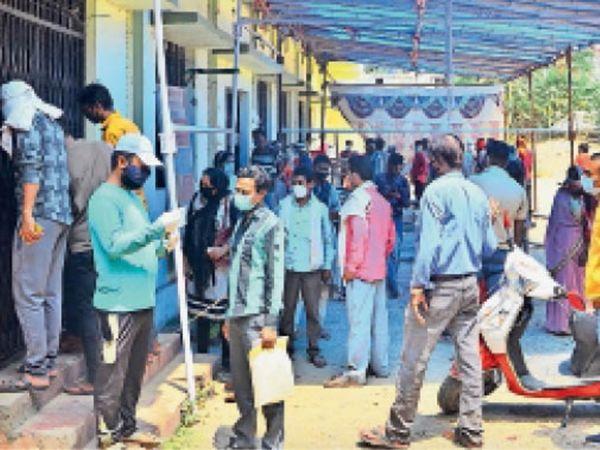 कोराेना जांच के लिए तिलकनगर सामुदायिक केंद्र में लगी रही भीड़। - Dainik Bhaskar