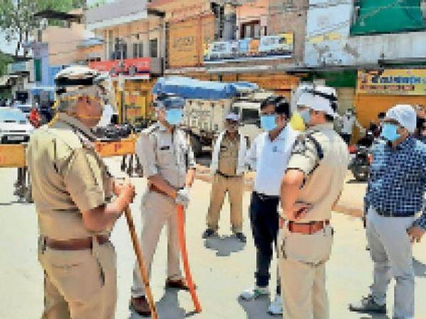बाजार में कार्रवाई करने निकली पुलिस व प्रशासनिक अफसरों की टीम। - Dainik Bhaskar