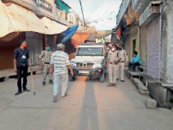 बड़ौदा के बाजार में घूमती पुलिस व प्रशासन की टीम। - Dainik Bhaskar