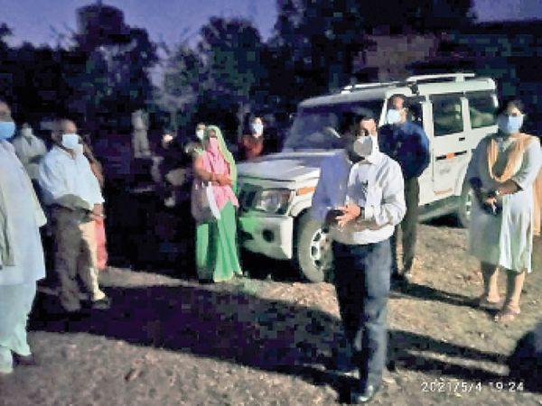 टिमरनी।  बिच्छापुर में रात में पहुंचे कलेक्टर, ग्रामीणों को दी समझाइश। - Dainik Bhaskar