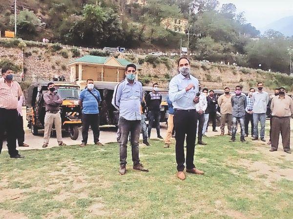 पाटबंगला मैदान में ऑटो चालकों को दिशा निर्देश देते हुए एसडीएम। - Dainik Bhaskar