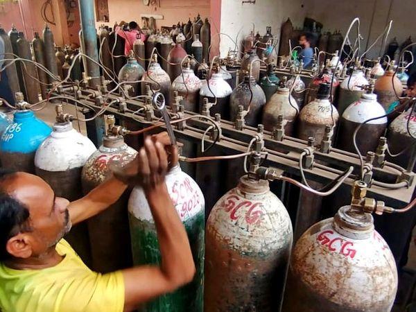 तानसेन नगर स्थित प्लांट पर सिलेंडरों में ऑक्सीजन भरता कर्मचारी। - Dainik Bhaskar