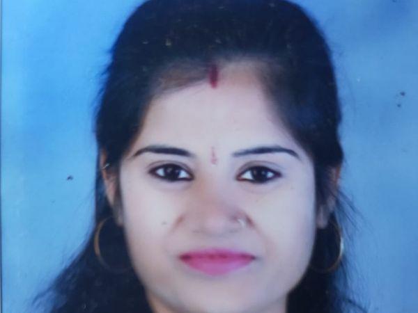 पंचशील नगर में इसी घर की बाउंड्रीवॉल से 36 वर्षीय किरण गुप्ता रविवार देर रात कूद गई थीं। - Dainik Bhaskar