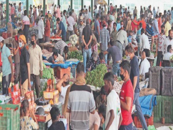 मकसूदां मंडी में मंगलवार सुबह लोगों की भीड़ देखने को मिली। इस दौरान लोगों ने कोरोना से बचाव के लिए जारी हिदायतों का पालन नहीं किया। - Dainik Bhaskar