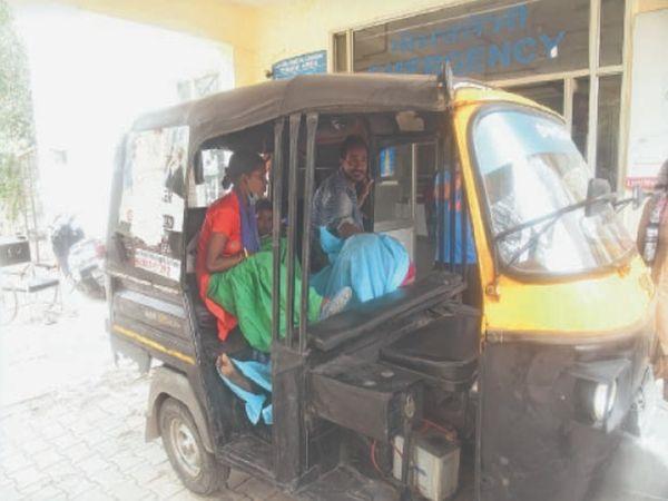 ऑटो में लाश लेकर बैठे रहे परिजन, बाद में स्टाफ ने स्ट्रेचर पर लेटाया और फिर एंबुलेंस में भेजा - Dainik Bhaskar