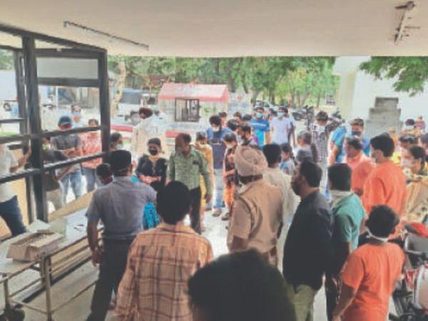 सिविल अस्पताल में कोरोना सैंपल देने के लिए जुटी भीड़। - Dainik Bhaskar
