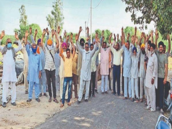 एफसीआई की तरफ से मंडी में गेहूं की खरीद बंद करने के विरोध में प्रदर्शन करते किसान। - Dainik Bhaskar