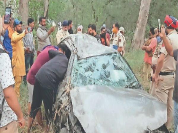हादसे में एएसआई की क्षतिग्रस्त कार की जांच करते हुए पुलिस तथा मौजूद गांववासी। - Dainik Bhaskar
