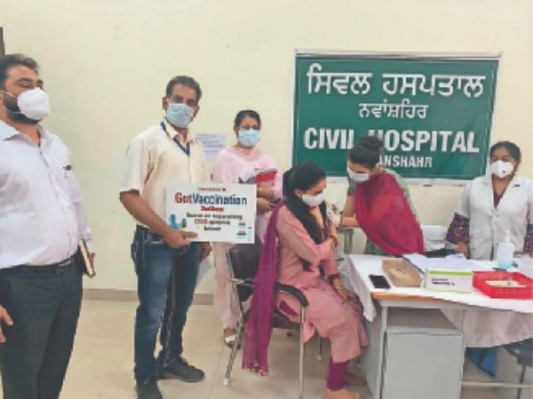 मंगलवार को सिविल अस्पताल में कोरोना वैक्सीन लगवाते लाभार्थी। - Dainik Bhaskar